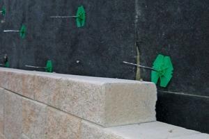 Daneben: Die Betonwerksteine wurden mit Ankern an der Wand befestigt und die Fugen im Dünnbettverfahren verklebt<br />