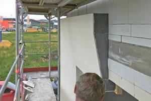 Die Lobatherm Fassadendämmplatten des WDVS wurden mit Glühdrähten genau im richtigen Winkel zugeschnitten