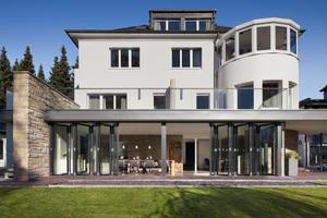 Nach dem Umbau eines Herrenhauses aus den 1960er Jahren lässt sich die Südfassade im Erdgeschoss auf einer Länge von 10 m dank moderner Glas-Faltwände zum Garten hin öffnen<br />Foto: Solarlux