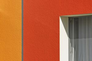 """Mit dem Fensterbanksystem """"TwoSafe"""" und der WDVS-Laibungsplatte """"EPS 3858"""" gelang die technisch wie optisch perfekte WDVS-Detailarbeit rund um die Fenster Fotos: Brillux"""