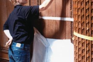 Herstellung der Musterfläche: hier ist die Restauratorin damit beschäftigt, die Holzporen auszubürsten<br />