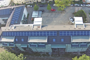Oben: Die Klimaschutzsiedlung in Siegen besteht aus teilweise miteinander verbundenen Gebäuden. Vorne in der Mitte: der aufgestockte Teil Foto: Gros + Zimmermann