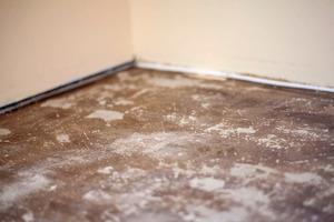 """Bestehenden Bodenbelag sowie Belagsreste und schwach anhaftende Klebstoffreste entfernen und Boden gründlich säubern<span class=""""bildnachweis"""">Fotos: Uzin</span>"""