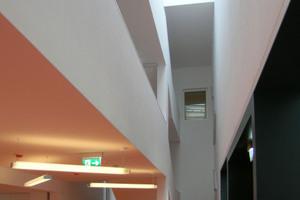Tageslicht kommt durch ein Band im Flachdach ins Gebäude<br />