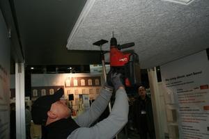 Einmann-Montagestütze bei der Anwendung: So kann beispielsweise alleine eine Kellerdeckendämmung ausgeführt werden