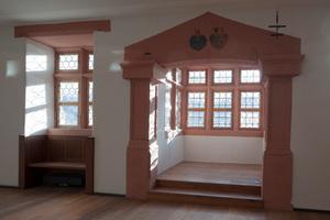 Erker und rekonstruiertes Fenster im Rittersaal (Ebene 1)
