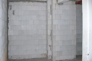 Rechts: Vorwand aus Kalksandsteinmauerwerk als Gegendrucklage<br />