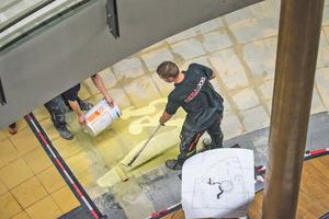 """Nach dem Abfräsen des alten Betonbodens werden die Böden mit """"PCI Gisogrund 303"""" grundiert"""