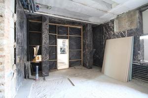 Mit schwarzem Marmor belegter Raum im obersten Geschoss. Hier soll passender Weise künftig ein Bad entstehen