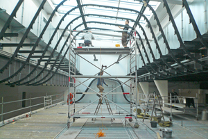 """Links: Stahlunterkonstruktion für die Decke im Veranstaltungssaal<span class=""""bildnachweis"""">Fotos (2): LRO</span>"""