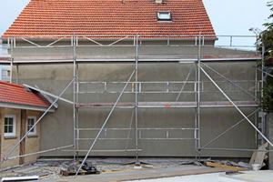Durch ihre strukturlose Flächigkeit engte die Wand des Nachbarhauses das Blickfeld ein und wirkte dominierend