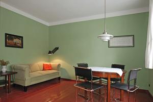 Das grün gestrichene Wohnzimmer im Erdgeschoss<br /><br />