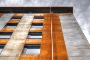 Die wellenförmigen Fassadenelemente bestehen aus Cor-Ten-Stahl