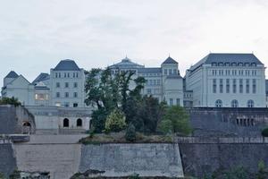 Bei der Cité Judiciaire in Luxemburg handelt es sich weder um eine Sanierung noch um ein Baudenkmal. Es ist ein in den Jahren 2003 bis 2008 in Ortbeton mit Putzfassaden errichtetes Ensemble aus insgesamt acht Gebäuden<br />