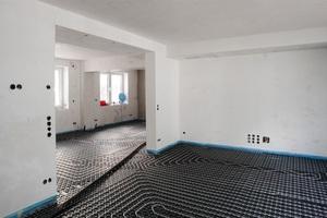 Die Trägerplatten des Systems Minitec und die Kunststoffrohre der Fußbodenheizung sind verlegt