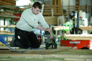 Daneben: Am besten lassen sich die Holzfaserdämm-platten mit Edelstahl-Breitrückenklammern befestigen