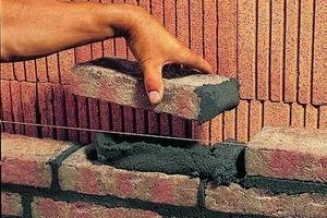 Vollfugiges Mauern mit V.O.R.-Mörtel: Mörtel wird an den Kopf des Steines angegeben. Überstehender Mörtel kann abgestreift werden.Die Fuge wird mit einem speziellen Schlauch glatt gestrichen oder mit einem Holz rauer gestaltet. Mörtelreste werden mit einem Handfeger entfernt<br />