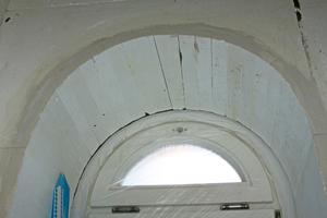 Rechts: Die historischen Rundbogenfenster werden passgenau gedämmt