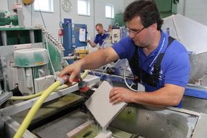 In einer Nassschleifmaschine werden Proben von Porenbetonsteinen für die anschließenden Messungen vorbereitet<br />Foto: Thomas Schwarzmann