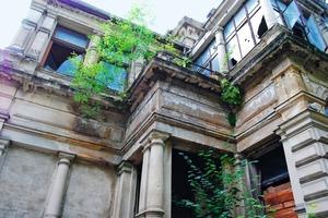 Arg heruntergekommen: Blick auf die hofseitige Hausfassade vor der Sanierung<br /> Fotos: KSW GmbH<br />