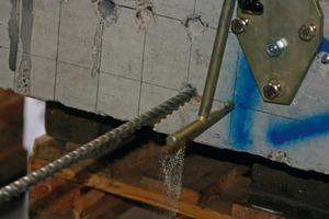 Von links: Nach der Bohrung mit einer Bohrhilfe muss das Loch in der Betondecke für einen guten Verbund mit Druckluft ausgeblasen und dann ausgebürstet werden. Die anschließende Temperaturmessung im Bohrloch dient zur Bestimmung der Aushärtzeit des Mörtels<br />