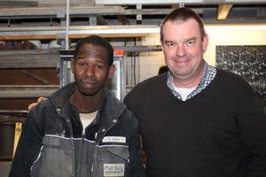 Ebrima Jallow (links) ist im zweiten Jahr seiner Maurerlehre. Sein Chef Jörn-Uwe Plaß (rechts) will ihn nach bestandener Ausbildung übernehmen  Foto: Stephan Thomas<br />