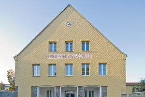 Das Hauptgebäude der Schule besticht auch nach Abschluss der Sanierungsarbeiten durch seine Fassadengestaltung mit einem Kellenwurfputz, den die Handwerker meisterlich auf einem WDV-System auftrugen<br />
