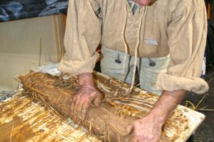 Lehmbauer Thomas Küstner aus Wangelin stellt auf dem Stand des Lehmmuseums Gnevsdorf Strohlehmwickeln in traditioneller Handwerkstechnik her<br />Fotos: Thomas Schwarzmann und Thomas Wieckhorst