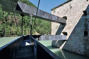 Die horizontale Erschließung der Festung durch hängende Stege aus Metall
