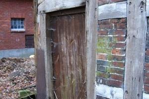 Die originale Stalltür an der Giebelseite war zum Zeitpunkt der Sanierung nicht mehr vorhanden. Hier setzten die Handwerker stattdessen Isolierglas ein<br /> Foto: Fachwerkstatt Drücker &amp; Schnitger