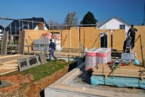 Schließlich wird das, was im Holzbaubetrieb vorgefertigt wurde, auf der Baustelle montiert<br />
