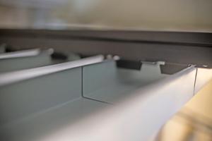 Rechts: Sobald die Metallpaneele eingehängt sind, werden die seitlichen Sicherungslaschen umgeklappt