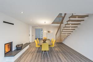"""Blick in das zentrale Esszimmer im Erdgeschoss mit Massivholztreppe ins Obergeschoss<span class=""""bildnachweis"""">Fotos: Ytong / Holger Krull</span>"""