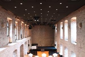 Auch der große Festsaal im Hambacher Schloss wird nach dem Umbau von einer fugenlosen Akustikdecke überspannt<br />
