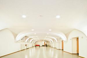 Auch das Gewölbe mit der Linie eines Korbbogens in der Aula wurde vorgefertigt mit Knauf Cleaneo Platten<br />Foto: Knauf / Schwarz
