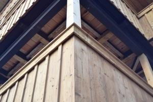 Balkone über Eck: In der Voralpenregion haben Balkone traditionell reichlich Tiefe, die man sehr gut nutzen kann – sei es zum gemütlichen Beisammensitzen, zum Wäschetrocknen oder um einfach mal die Seele baumeln zu lassen