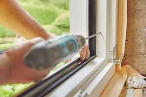 Löcher bohren und Fensterrahmen verschrauben