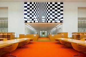 Eingang in den Rara-Lesesaal mit Kunstwerk darüber