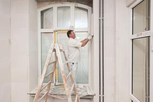 Auch in den tiefen Fensterleibungen brachten die Maler die Mineraldämmplatten an