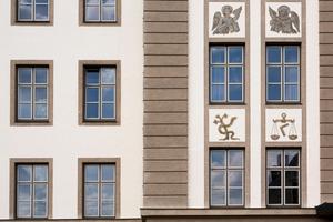 Mit einem abgetönten Weißton und beige-braunen Kontrasten präsentiert sich das Mutterhaus in harmonischer Farbfassung, die mit Histolith Quarzgrund und Histolith Außenquarz wetterfest gemacht wurde. Sockel und Fensterlaibungen wurden zudem mit Histolith Antik-Lasur beschichtet
