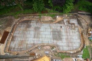 Schicht um Schicht wächst das Gebäude in Massivbauweise auf der Bodenplatte empor