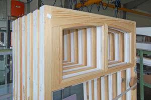 Rechts: Auf der Innenseite blieb durch eine Beschichtung mit einer farblosen Lasur die natürliche Holzstruktur sichtbar