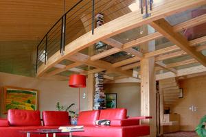 Über den freistehenden geschwungenen Lehmwänden schwebt die neue, elegant gewölbte Dachkonstruktion