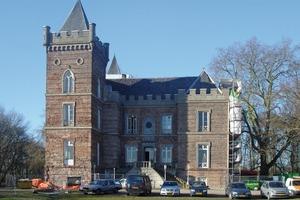 Die Nordfassade der Kirche ist eingerüstet und wird mit Feuchteregulierungsputz saniert