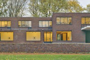 Große Fenster öffnen nach Süden hin die Ziegelfassade des von Ludwig Mies van der Rohe in Krefeld entworfenen Hauses Lange
