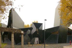 Die neue Synagoge in Mainz und Teile des zerstörten Vorgängerbaus