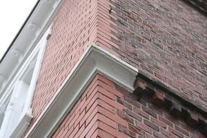 Fassadendetail: Für die Straßenseite verwendeten die Handwerker vor 100 Jahren hochwertigere Ziegel und zogen mit der Lehre ein Stuckprofil<br />