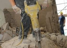 Rund 300 Tonnen herausgeschnittene Wand- und Deckenstücke zerkleinerten die Mitarbeiter der Abbruchtechnik Unna GmbH mit dem Presslufthammer