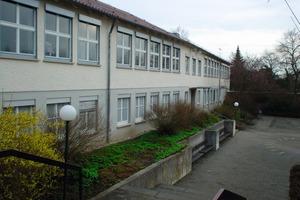 """<div class=""""99 Bildunterschrift_negativ"""">Vorher (links) und nachher (recht): Die Theodor-Heuss-Schule in Schwäbisch Gmünd erhielt im Zuge der Sanierungsarbeiten nicht nur ein weiteres Geschoss, sondern auch ein WDVS, neue Fenster und eine neue Heizungsanlage</div>"""