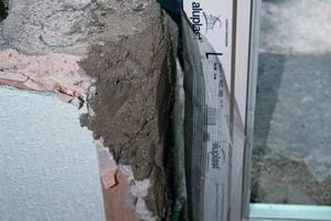 """Für die Anschlüsse von Fenstern und Fenstertüren an die Außenwand eignet sich selbstklebende Abdichtungsfolie mit Einputzgitter<br /><span class=""""bildnachweis"""">Foto: Tremco illbruck</span>"""